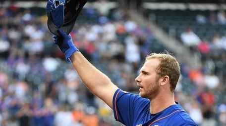 New York Mets' Pete Alonso tips his helmet