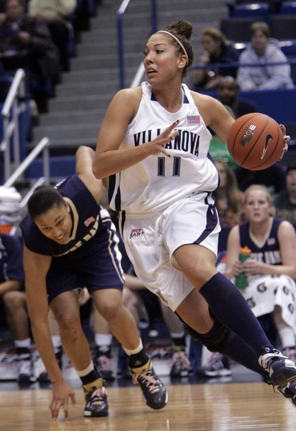Villanova's Lisa Karcic runs the ball past Notre