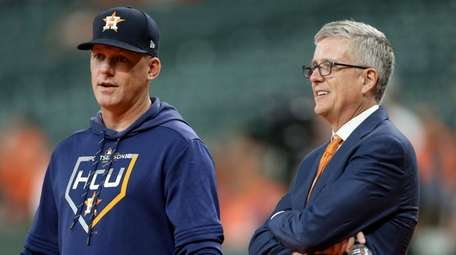 Astros manager AJ Hinch talks with GM Jeff