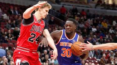Knicks' Julius Randle (30) drives on Chicago Bulls'