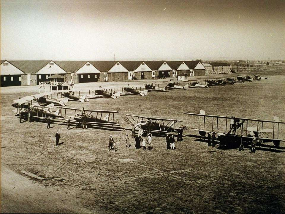 1920s: Roosevelt Field flight line. Airplanes include Curtis