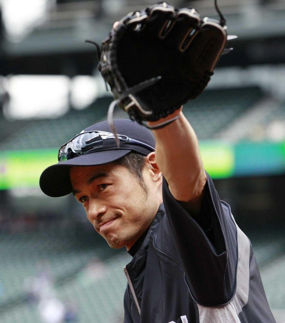 Ichiro Suzuki waves to fans as he heads