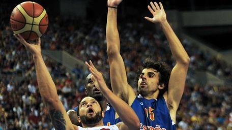 Spain's Victor Sada (L) vies with US Deron