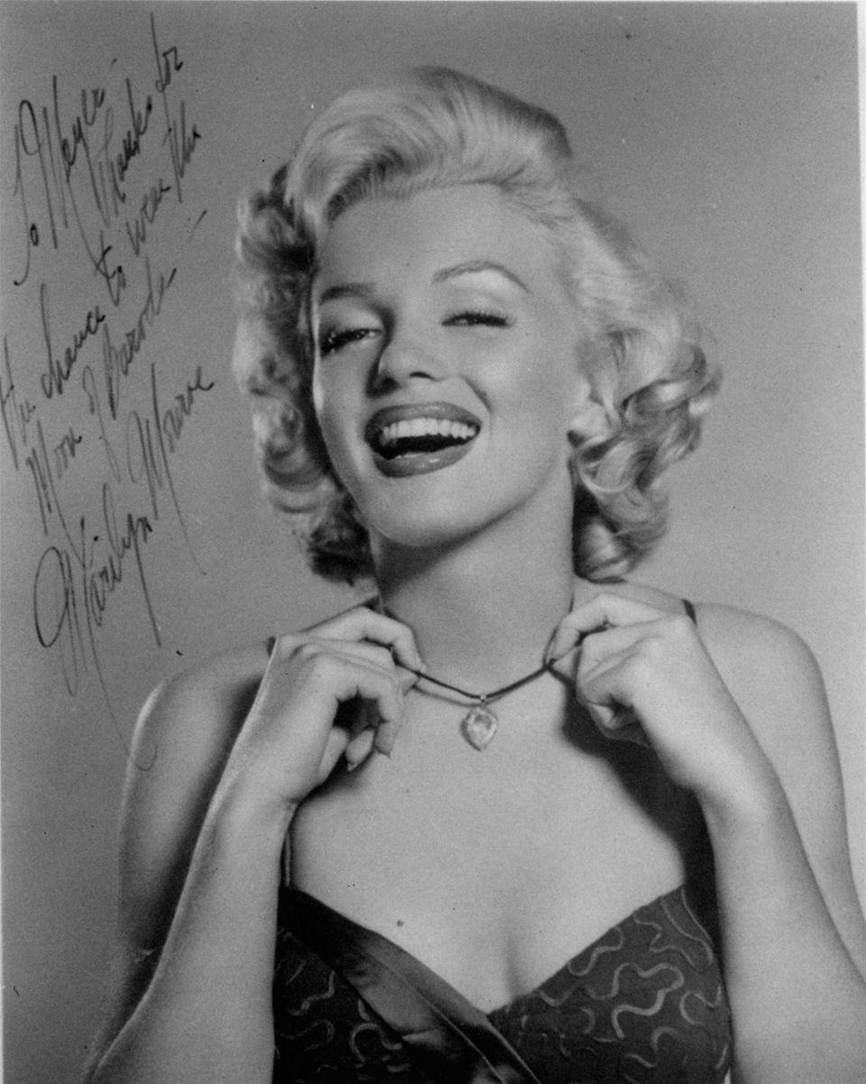Marilyn Monroe wears the Moon of Baroda diamond
