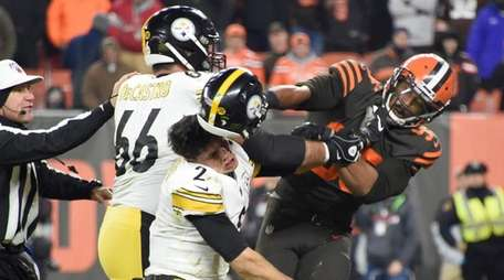 Quarterback Mason Rudolph of the Pittsburgh Steelers fights