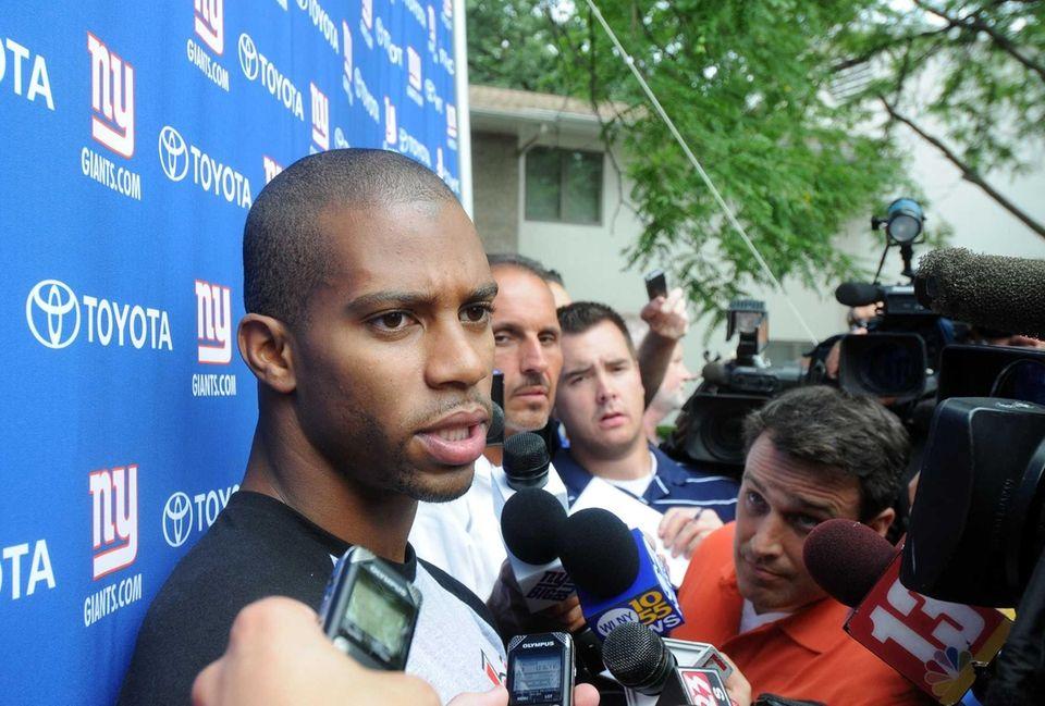 New York Giants receiver Victor Cruz talks with