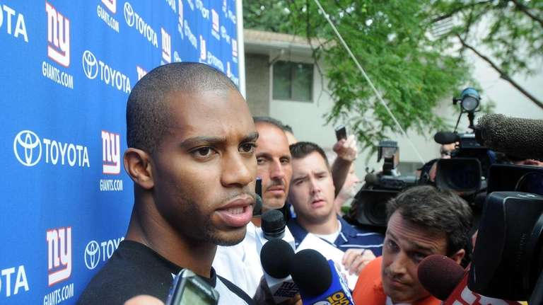 New York Giants receiver Victor Cruz talks with