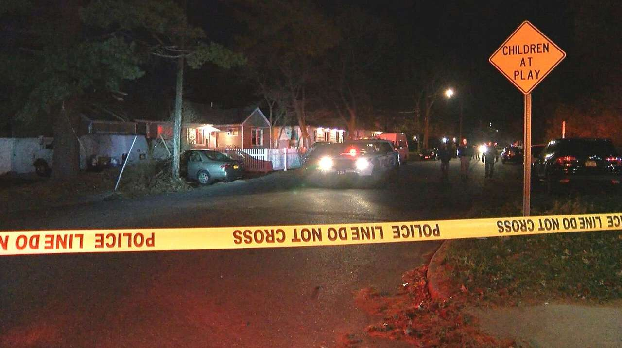 Cops: Man shot, wounded in Wyandanch robbery