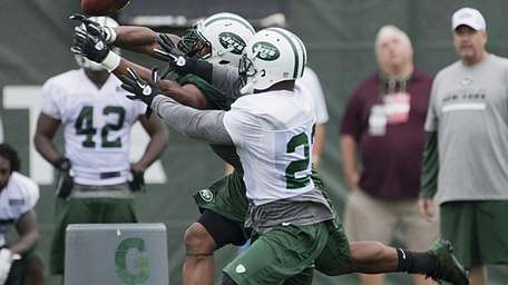 New York Jets' LB Marcus Dowtin tries to