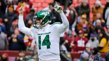 Jets quarterback Sam Darnold celebrates a touchdown against