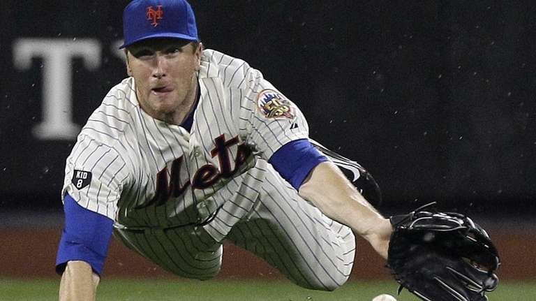 Jason Bay dives for a ball hit by