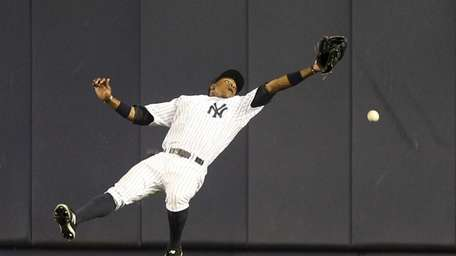 Curtis Granderson can't make the catch on a