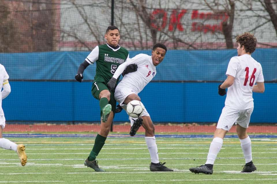 Brentwood's Alex Garcia, left and Fairport's Rorie Simpson,