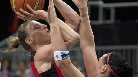 Canada forward Lizanne Murphy, left, shoots over Great