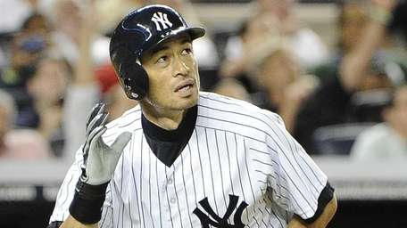 New York Yankees Ichiro Suzuki watches his home