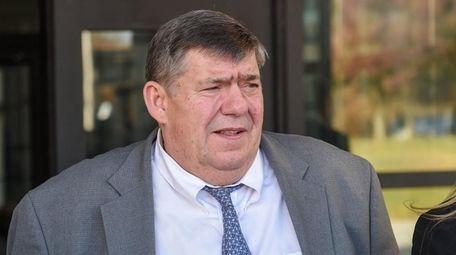 Thomas Murphy verlässt das Suffolk County Court in Riverhead