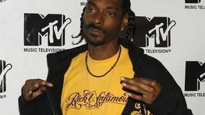 "Snoop Doggin the press room during MTV's ""TRL"