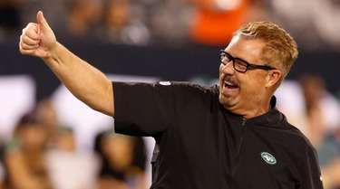 Jets defensive coordinator Gregg Williams acknowledges fans during