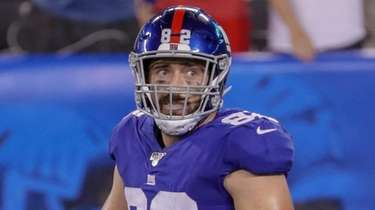 Giants tight end Scott Simonson walks back to