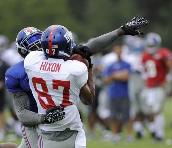 New York Giants Kenny Phillips (21) defends against