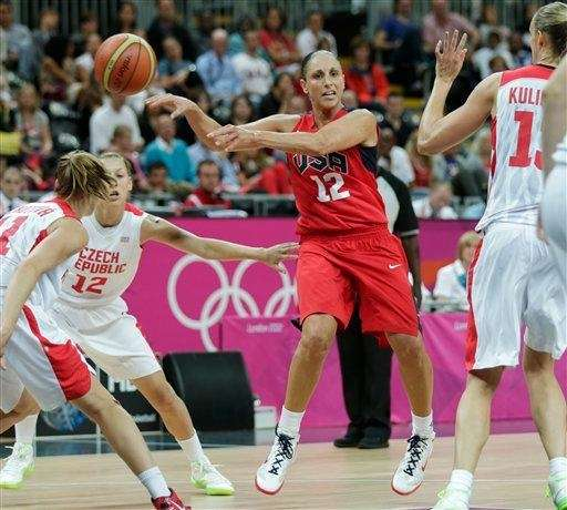 Team USA's Diana Taurasi, center, makes a blind