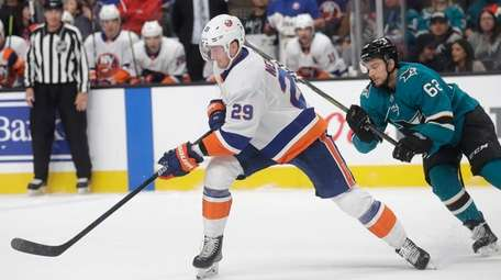 Islanders center Brock Nelson (29) reaches for the