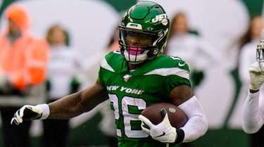 Jets running back Le'Veon Bell runs for daylight