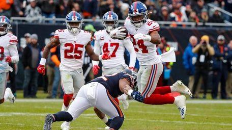 Giants cornerback Julian Love returns an interception 30