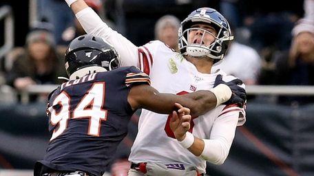 Daniel Jones of the Giants throws a pass