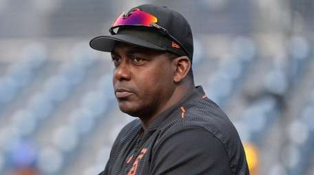 Giants hitting coach Hensley Meulens takes in batting