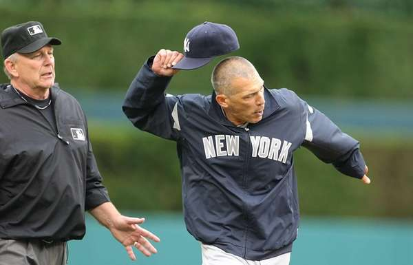 Yankees manager Joe Girardi argues with third base