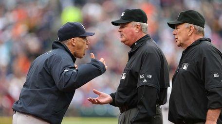 Yankees manager Joe Girardi argues with third base