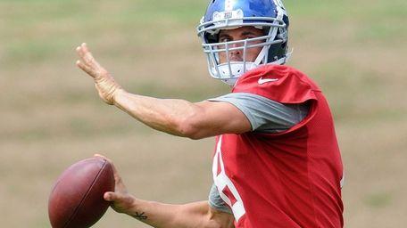 Giants quarterback David Carr throws a pass during