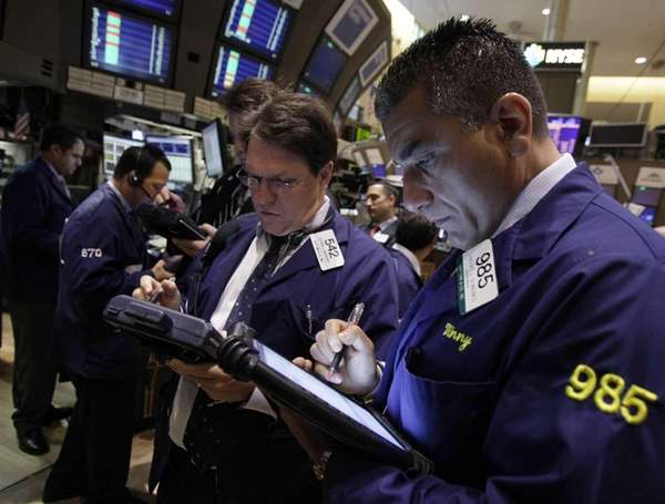 Traders Stephen McSherry, center, and Vincent Quinones, right,