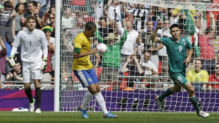 Mexico's Oribe Peralta celebrates his goal in front