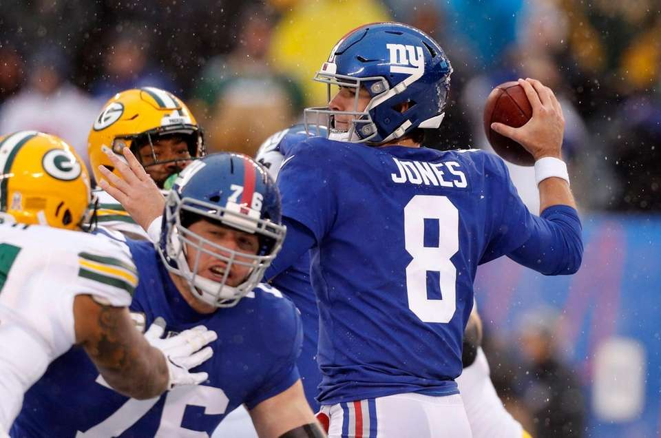 Daniel Jones #8 of the New York Giants