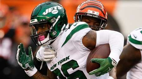 Jets running back Le'Veon Bell runs the ball