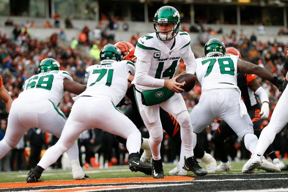 New York Jets quarterback Sam Darnold (14) looks