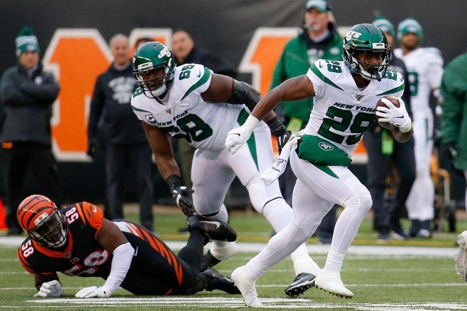 Jets running back Bilal Powell runs the ball