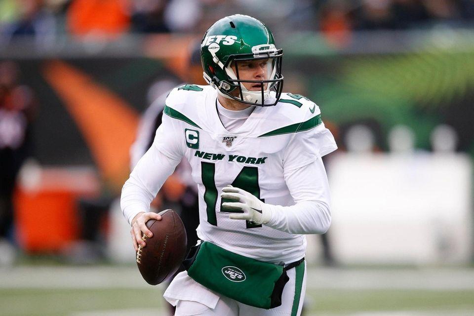 Jets quarterback Sam Darnold looks to pass on