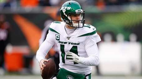 Jets quarterback Sam Darnold looks to pass on