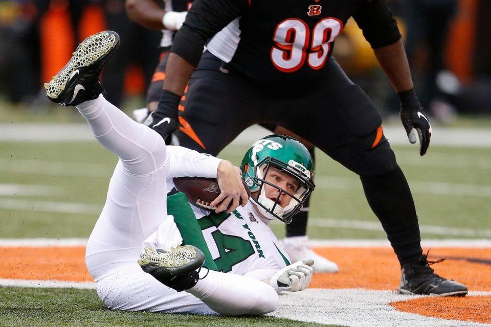 Jets quarterback Sam Darnold dives for extra yardage