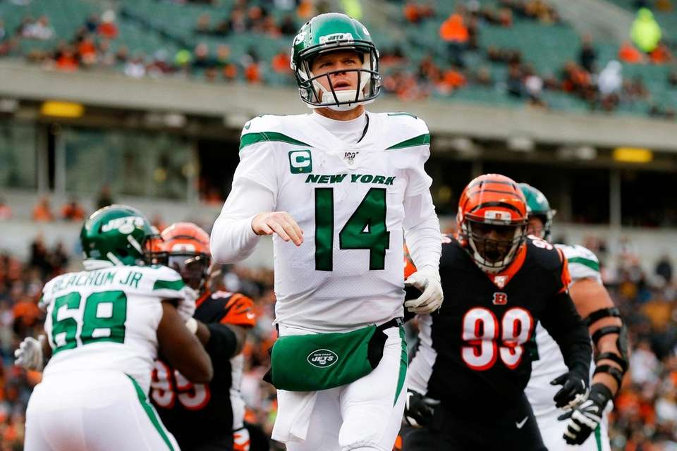 Jets quarterback Sam Darnold reacts during the second