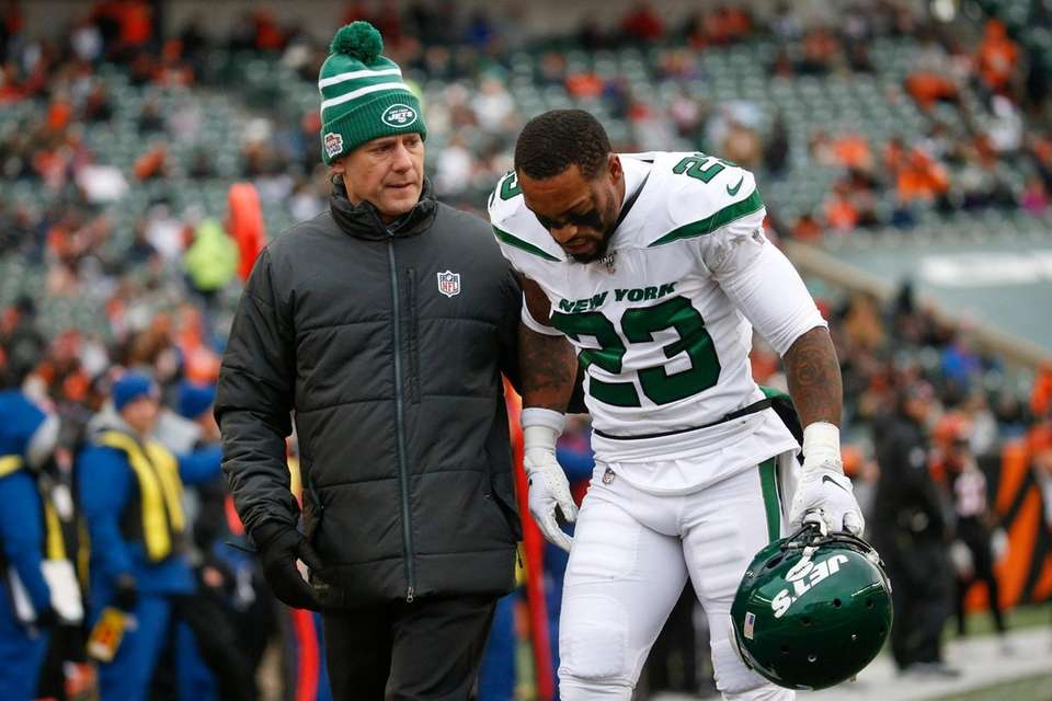 Jets cornerback Arthur Maulet is helped off the