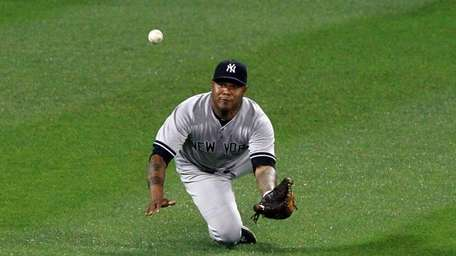 Andruw Jones dives to make a catch against