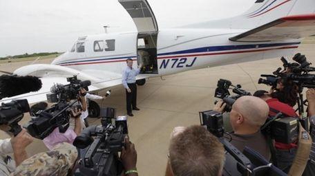 Mike Stuart of Dynamic Aviation describes a plane