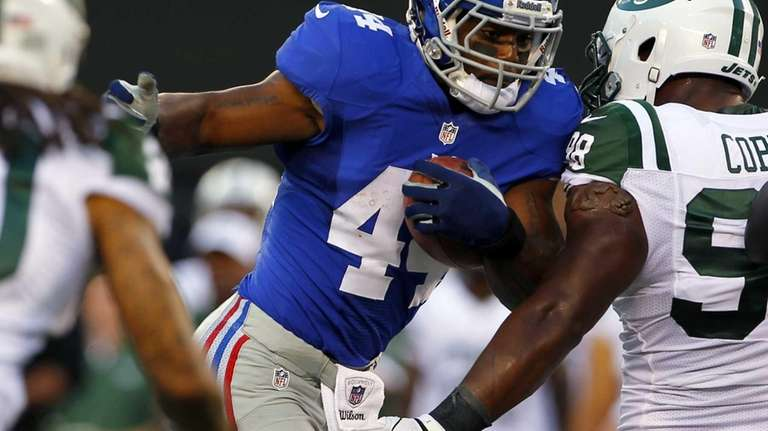 Ahmad Bradshaw runs against Jets defensive end Quinton