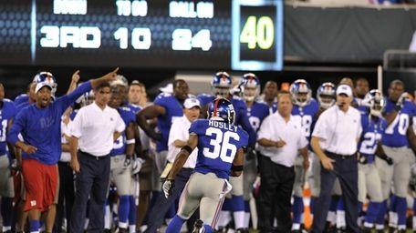 Giants cornerback Jayron Hosley runs for a touchdown