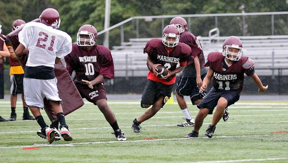 Southampton running backs perform sweep drills. (Aug. 18,