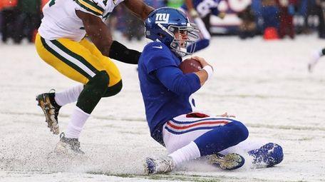 Daniel Jones of the New York Giants slides